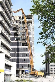 Escavatore a lunga portata 220px-PWC_building_demolition_09