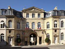 Paris hotel de montmorin portail cours.jpg