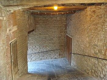 Entrata a trabocchetto, Castello di Sasso Pisano