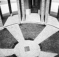 Plaquette in het centrum van het monument van de architect Georges Dedoyard, Bestanddeelnr 254-3387.jpg