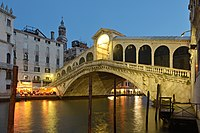 Ponte di Rialto facciata ovest di sera.jpg