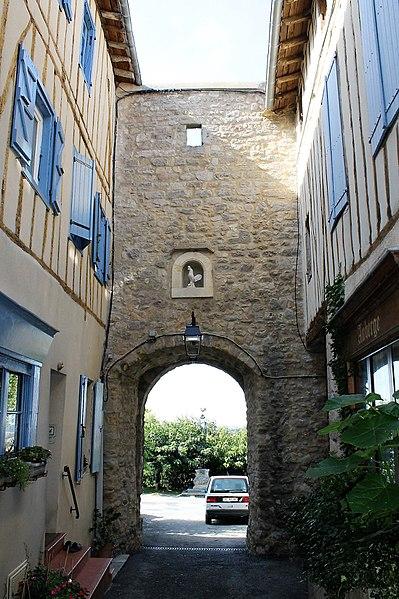 Porte du Cers vue depuis l'intérieur du village