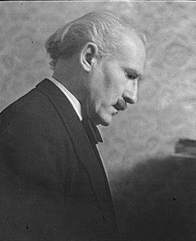 Portrait photograph of Arturo Toscanini