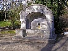 Rückert-Brunnen im Schlossgarten von Erlangen (Quelle: Wikimedia)