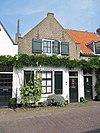 foto van Huis met puntgevel met vlechtingen met ramen stijl