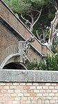 Relief über dem vatikanischen Eisenbahntor.jpg