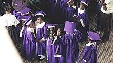 vue en plongée sur un groupe d'une dizaine de jeunes gens d'une dizaine d'années en toge violette