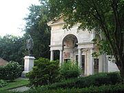 Sacro_Monte_di_Varallo-Cappella_I_e_statua_a_Gaudenzio_Ferrari.JPG