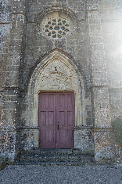 Saint Martin repoussant le démon.  Tympan de l'église Saint-Martin de Neuilly. Département de la Nièvre. France.