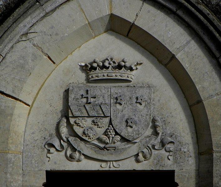 L'église Notre-Dame-de-l'Assomption, lieudit Mégaudais, commune de Saint-Pierre-des-Landes (53). Tympan d'un portail du transept. Armes de Gédéon Nycéphore Thiroux de Saint-Cyr et Marie Amélie de Couasnon.