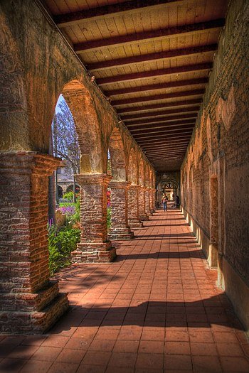 English: Walkway in Mission San Juan Capistrano