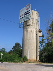 Shomrat water tower 2011.jpg