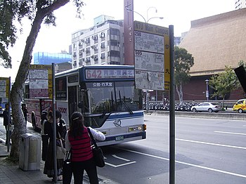 Sindian Bus 800-FC at NTU Main Campus stop board 20061113.jpg