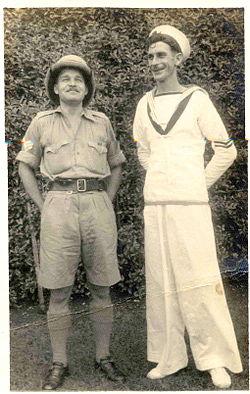 286d5c19 Britiske soldater under andre verdenskrig i Bombay 1941: Sjømannen i Royal  Navy bærer tradisjonell, hvit matrosdress med rørformede slengbukser.