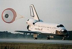 Το Εντέβορ στη φάση της προσγείωσης και ενώ έχει ανοίξει το αλεξίπτωτο
