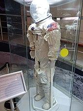 Photographie couleur de la combinaison Apollo de Collins dans exposée dans un musée.