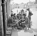 Spelende Israelische soldaten op een terras, vermoedelijk het bordspel backgammo, Bestanddeelnr 255-0112.jpg