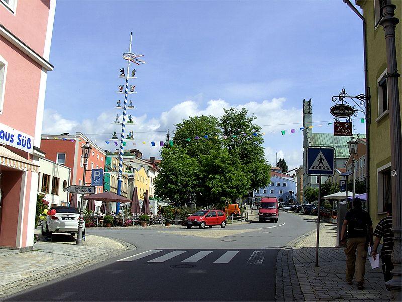File:Stadtplatz von Grafenau.jpg
