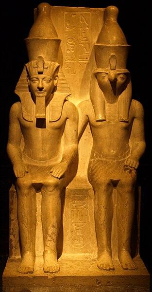 File:StatueOfHoremhebAndTheGodHorus KunsthistorischesMuseum Nov13-10.jpg