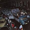 Surinaamse onafhankelijkheid feestende Surinamers op vrachtauto, Bestanddeelnr 254-9800.jpg