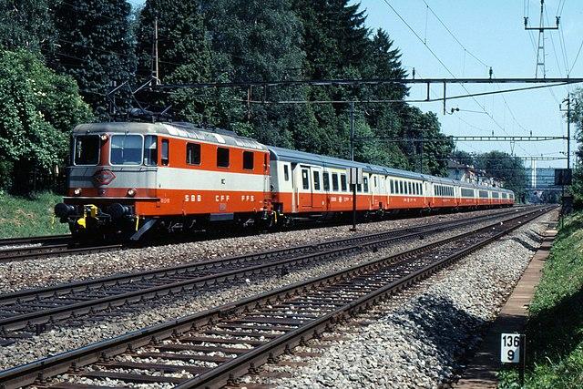 Les différentes décorations des voitures suisses de Lima au 1:45 640px-Swiss_Rail_Re_4_4_Swissexpress4199-PetarM