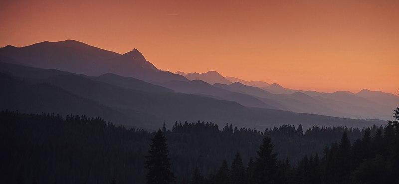 File:Tatry po zachodzie słońca, widok z Polany Głodówka.jpg