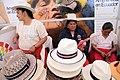 Tejido tradicional del sombreo de paja toquilla (8562974025).jpg