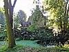 foto van Kop-hals-rompboerderij gedeeltelijk opgetrokken van kloostermoppen op omgracht terrein met boomsingel