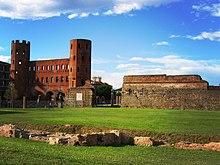Porta Palatina e resti romani