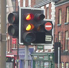 светофор с красным знаком стоп