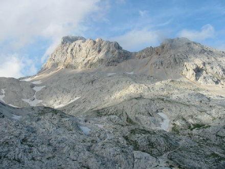 Le ripide pareti rocciose del Tricorno.