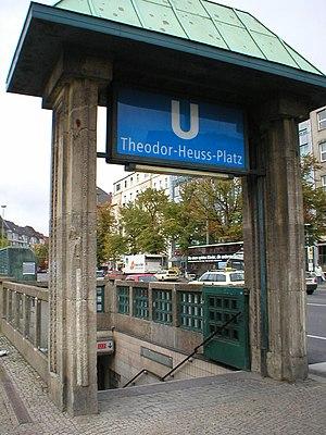 Theodor-Heuss-Platz (Berlin U-Bahn) - Entrance