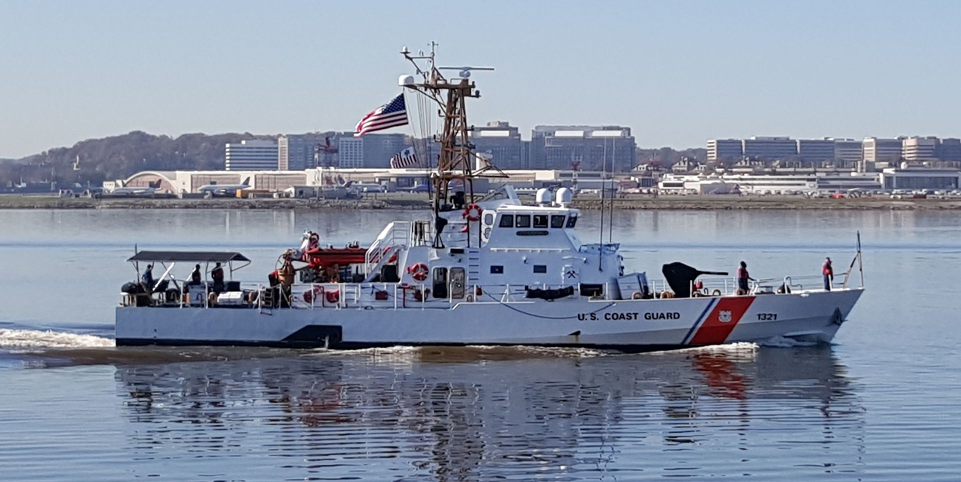 https://upload.wikimedia.org/wikipedia/commons/thumb/8/87/USCGC_Cushing_%28WPB-1321%29_on_Potomac_River_03_Nov_2015.jpg/1920px-USCGC_Cushing_%28WPB-1321%29_on_Potomac_River_03_Nov_2015.jpg