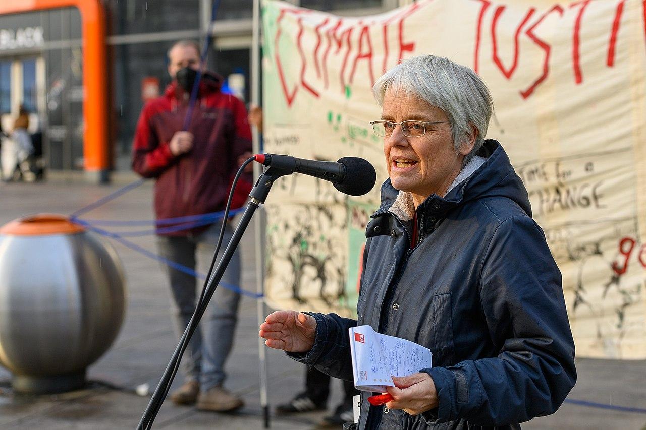 Ulrike Herrmann, Ökonomin von der taz spricht auf dem Klimamontag (51155937296).jpg