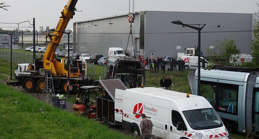 Valenciennes & Anzin - Déraillement de la rame de tramway n° 17 à la sortie du dépôt de Saint-Waast le 11 avril 2014 (032).JPG