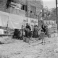 Vrouwen en kinderen bij een waterbron, onder drogend wasgoed, Bestanddeelnr 255-0363.jpg