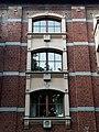 Vue d'un module de fenêtre sur une façade de l'ancien couvent du Sacré-Cœur d'Ixelles.jpg