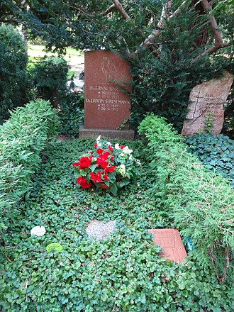 Erwin Stresemann - Image: Waldfriedhof dahlem ehrengrab Stresemann, Erwin