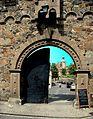Wejście do zamku, widok z drogi - panoramio.jpg