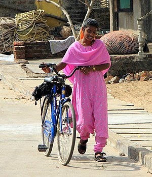 English: Young woman from Tamil Nadu near Maha...