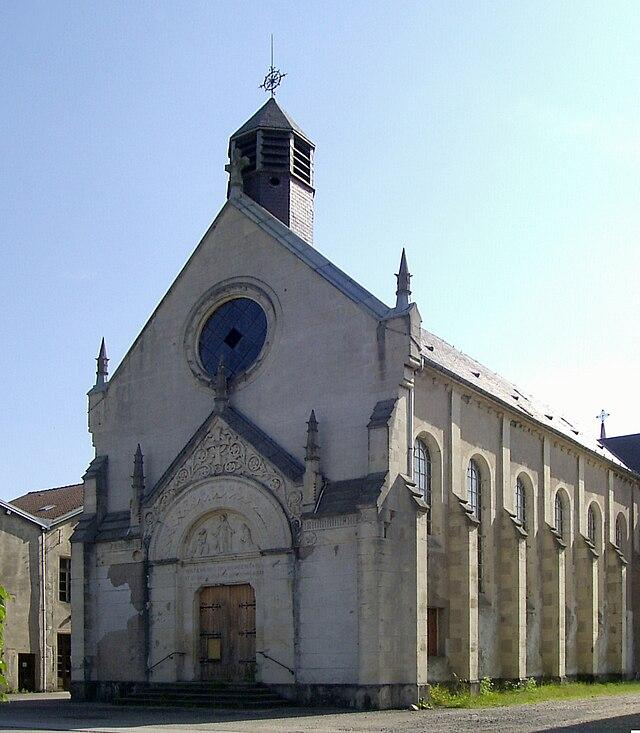 L'ancienne église Sainte-Cécile de Zainvillers, du xixe siècle, intégrée à la maison de retraite de Vagney (Vosges), est en cours démolition (Commons Wikimédia)