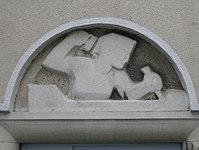 1100 Laxenburger Straße 203-217 Stg. 19 - Natursteinrelief Bildhauerin von Gabriele Waldert IMG 7446.jpg