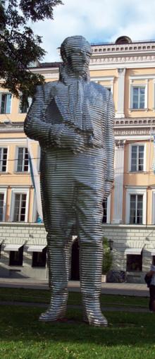 Standbild von Montgelas am Bayerischen Hof in München (Aluminiumstandbild von Karin Sander, 2005) (Quelle: Wikimedia)