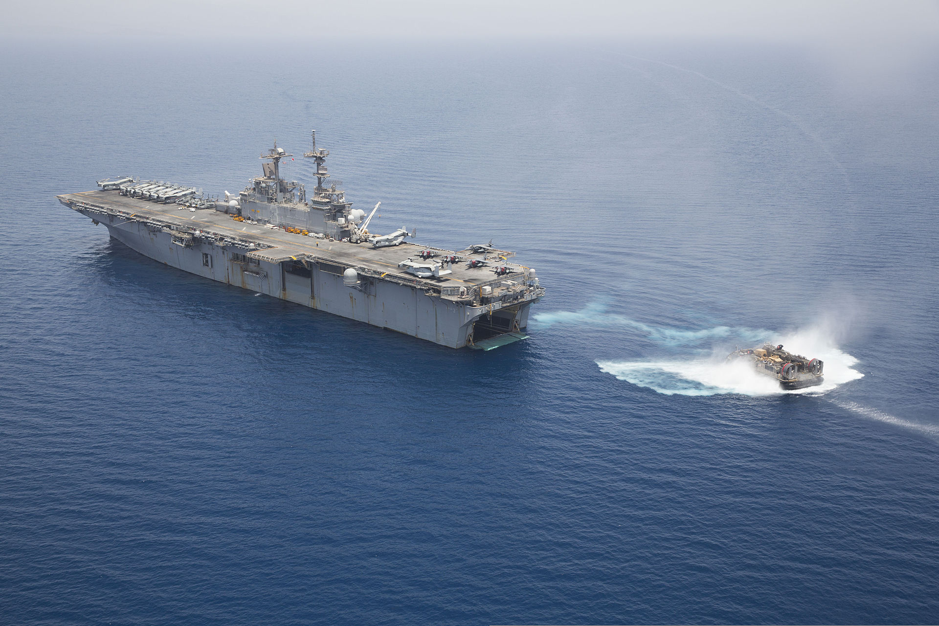 https://upload.wikimedia.org/wikipedia/commons/thumb/8/88/A_U.S._Navy_landing_craft%2C_air_cushion_approaches_the_well_deck_of_the_amphibious_assault_ship_USS_Kearsarge_%28LHD_3%29_in_the_Gulf_of_Aden_May_30%2C_2013_130530-N-SB587-1018.jpg/1920px-thumbnail.jpg