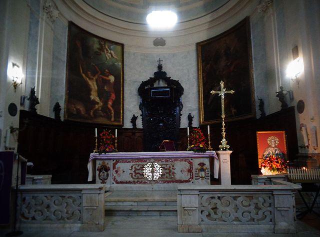 Алтарь базилики Святого Варфоломея (Сан Бартоломео) в Беневенто, где хранятся мощи Апостола Варфоломея в ковчеге из красного порфира