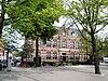 foto van Schoolgebouw op een onregelmatig U-vormig grondplan