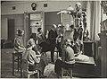Anatomian opetustilanne, 1920- luku. Opettaja Viktor Malmberg. Taideteollisuuskeskuskoulun opetustilanteita.-TaiKV-07-008.jpg