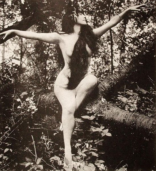 File:Annette Kellerman in tree, arms spread.jpg