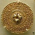 Arte etrusca, orecchino d'oro con rosetta tra bande concentriche, 530-480 ac. circa.JPG