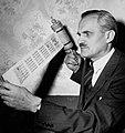 Arthur Compton 1944.jpg